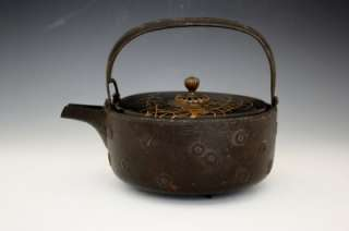 1780 JAPANESE CAST IRON KETTLE W/ HAND PAINTED LACQUERED COVER NoRe